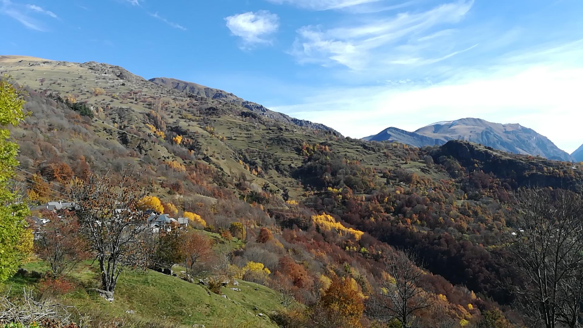 Auris-en-Oisans : vue d'automne du hameau des Châtains