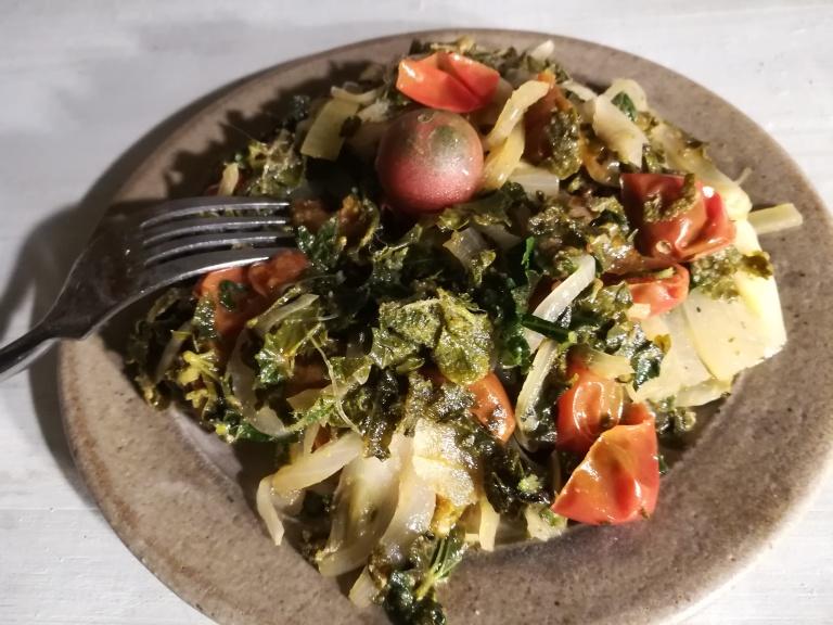 Un plat à base de feuilles de mauve et de roses trémières